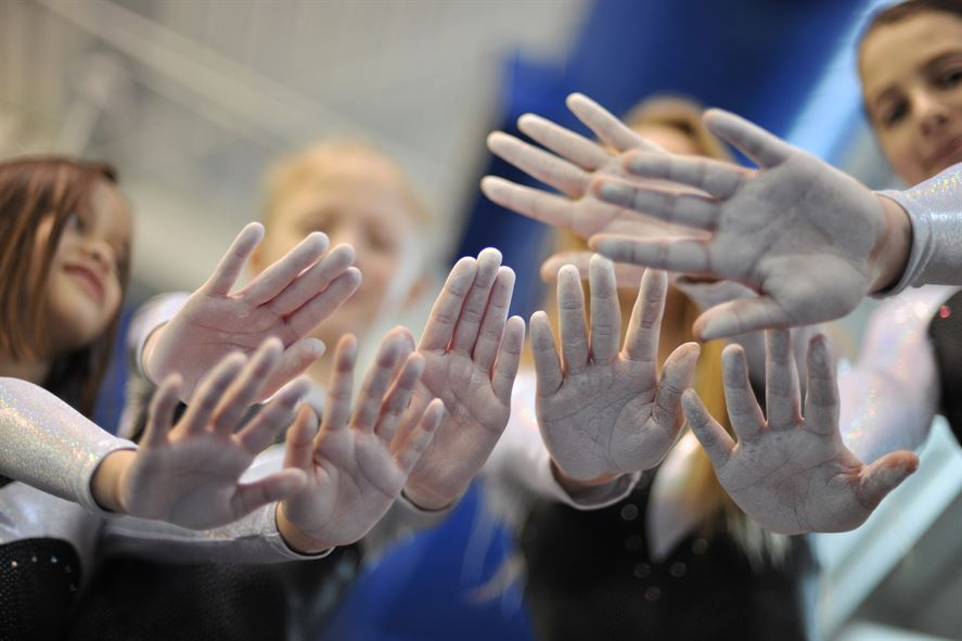 gymnasts-show-chalk-on-their-hands
